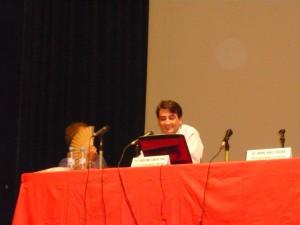 Fernando G.Páez y yo (escondido tras un abanico) en la mesa del teatro Capitolio de Godella (Valencia)